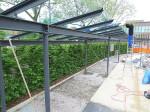 Die letzten Glaselemente des Daches werden montiert.