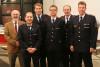 Das Bild zeigt den Stellvertretenden Kommandanten der Feuerwehr Reutlingen Adrian Röhrle (rechts) mit Abteilungskommandant Peter Lauer (2. v. re.) und dem Stellvertretenden Bezirksbürgermeister Fritz Beck (links) zusammen mit den beförderten und geehrten