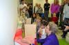 Einweihungsgeschenk mit Pfiff: Oberbürgermeisterin Barbara Bosch zeigt den Kindern, wie spannend so ein Kamishibai sein kann