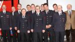 Das Bild zeigt den Stellvertretenden Freiwilligen Feuerwehrkommandant Frank Wittel (li.) mit Abteilungskommandant Peter Lauer (2. v. li.) und Bezirksbürgermeister Fritz Beck (re.) zusammen mit den beförderten und geehrten Mitgliedern