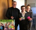 Jugendgemeinderatsmitglied Max Seitz zusammen mit Presseamtsleiter Wolfgang Löffler und seiner Schwester Eva Seitz am Welt-Down-Syndrom-Tag im Reutlinger Rathaus