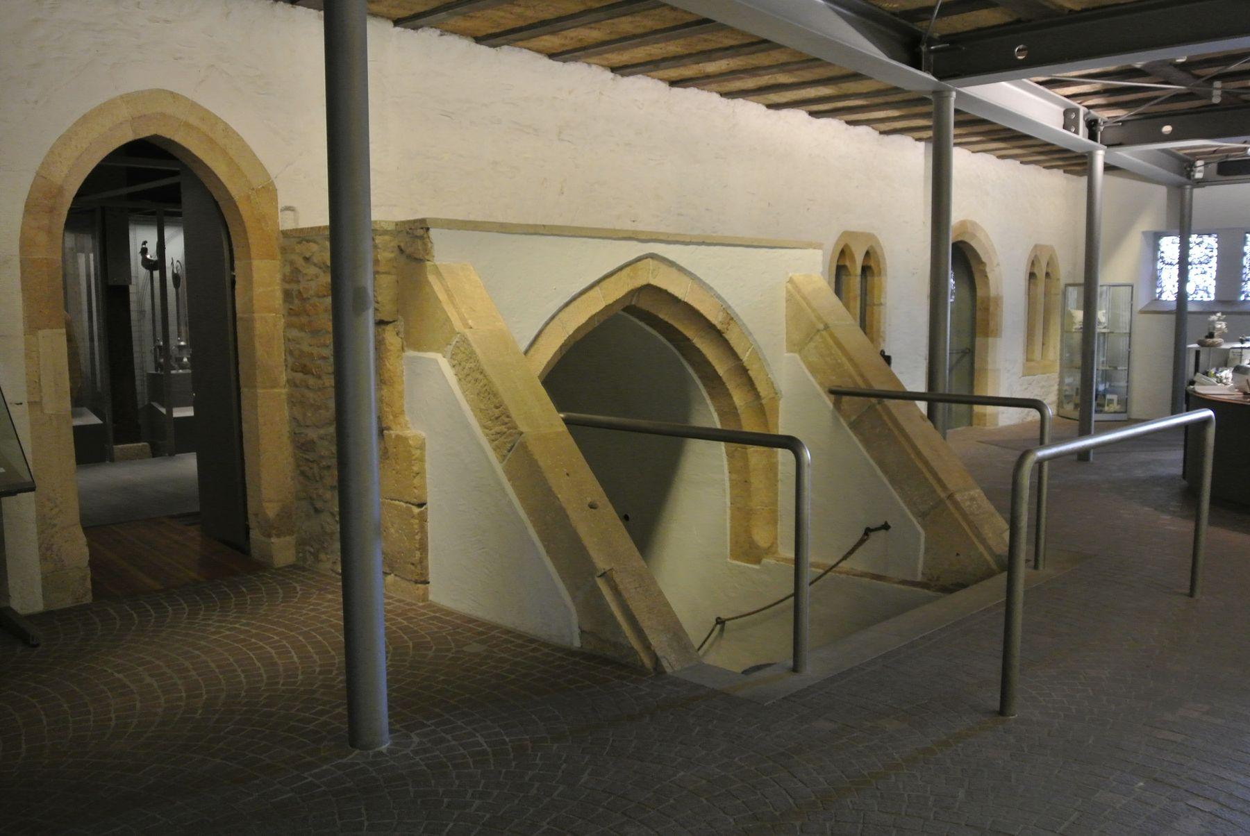 Heimatmuseum Reutlingen, Erdgeschoss, gotische Innenwand aus dem 13. Jahrhundert und Kellerhals