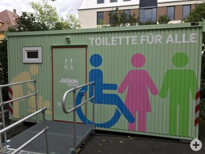 Das Bild zeigt die mobile Toilette für alle von außen.