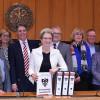 Oberbürgermeisterin Barbara Bosch (Mitte) mit allen Dezernenten und Vertretern der Fraktionen von CDU, SPD, Die Grünen und Unabhängigen, FWV und FDP