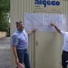 Bernd Eger und Jochen Strey zeigen auf dem Plan, wo gebaut wurde