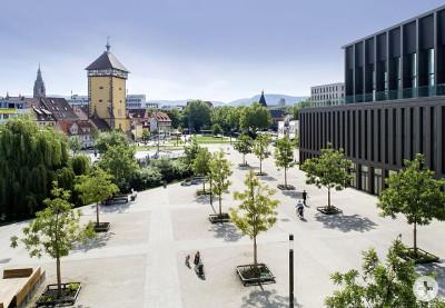 Links das Tübinger Tor - rechts die Stadthalle Reutlingen