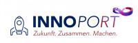 Auf dem Logo ist zu lesen: INNOPORT: Zukunft. Zusammen. Machen. Auf der rechten Seite ist schematisch eine Rakete dargestellt, in der linken oberen Ecke ein geschwungenes Objekt in blau-violett, das einem Unendlichkeitszeichen ähnelt.