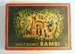 Auf der Spielpackung ist eine Zeichnung zu sehen, die das Reh Bambi mit seiner Mutter im Wald zeigt. Sie sind umgeben von vielen weiteren Tieren.