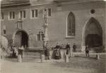 Die Aufnahme zeigt den Brunnen vor seinem Abbruch im November 1899 sowie dessen Nutzung als 'Quelle' für alltägliches Nutzwasser. StadtA Rt., S 100 Nr. 005/264