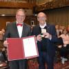 OB Thomas Keck (links) überreicht Ulrich Lukaszewitz die Bürgermedaille in Gold