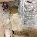 Blick im Keller auf freigelegtes Fundament der Außenmauer.