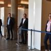Katja Büchel (Gebäudemanagement). Oberbürgermeister Thomas Keck, Stefan Kaufmann (Technische Betriebsdienste), Hartmut Queisser (Hauptamt) und Hans Raach (Bürgeramt) vor den Schalterboxen
