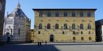 Blick über den Domplatz in Pistoia: links das Baptisterium -  rechts der Palazzo Pretorio  - Foto Thomas Becker