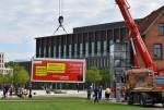 Die Feuerwehr Reutlingen stellt mit ihrem Kran den Container im Bürgerpark auf