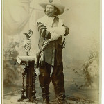 Die Freude am Historiendrama in der Zeit um 1900 fand auch in der Porträtfotografie ihren Niederschlag.