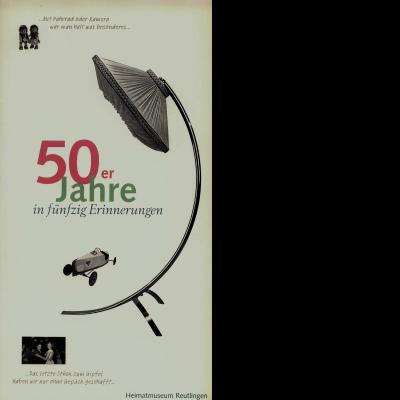 Das Katalogcover zeigt drei Bilder mit Gegenständen aus den 50er-Jahren: zwei Mecki-Igel, eine Lampe sowie eine Seifenkiste.