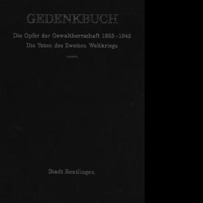 """Das Katalogcover ist ganz in schwarz gehalten. In weißer Schrift steht geschrieben """"Gedenkbuch: Die Opfer der Gewaltherrschaft 1933-1945. Die Toten des Zweiten Weltkriegs""""."""