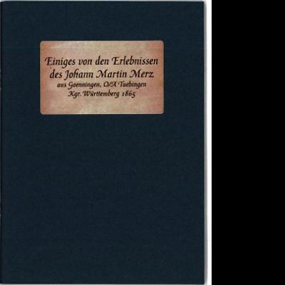 """Das Katalogcover ist schlicht in graublau gehalten. Auf einem weißen Etikett steht geschrieben """"Einiges von den Erlebnissen des Johann Martin Merz aus Goenningen, O/A Tuebingen, Kgr. Württemberg 1865""""."""