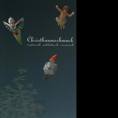 """Vor einem blauen Hintergrund sind drei Elemente für Christbaumschmuck zu sehen: Ein Engel, eine Frau mit Flügeln und eine weitere Figur, die eine Meerjungfrau darstellen könnte. Zu lesen ist """"Christbaumschmuck: traditionell, multikulturell, sensationell""""."""