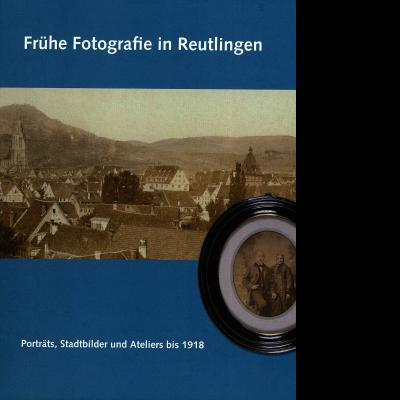 """Das Katalogcover mit blauem Hintergrund zum Thema """"Frühe Fotografie in Reutlingen. Porträts, Stadtbilder und Ateliers bis 1918"""" zeigt ein Foto von Reutlingen in Sepia sowie ein in einen runden Holzrahmen gerahmtes Sepiabild eines älteren Paares."""