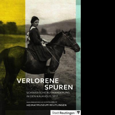 Das Katalogcover zeigt ein in Graustufen gehaltenes Foto eines Mädchens, das auf einem Pferd sitzt.