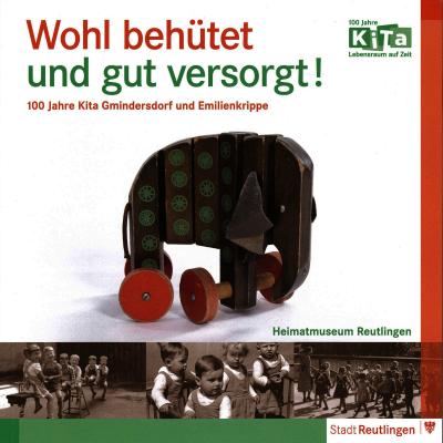 Das Katalogcover zeigt einen Spielzeugelefanten aus Holz und Kinderfotografien in Sepia von früher.