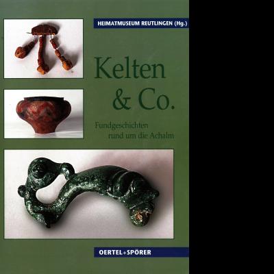 Das Katalogcover zeigt vor einem grünen Hintergrund drei Fotos von keltischen Ausgrabungsfunden, von denen der Gegenstand auf dem Bild in der Mitte einem Gefäß ähnelt.