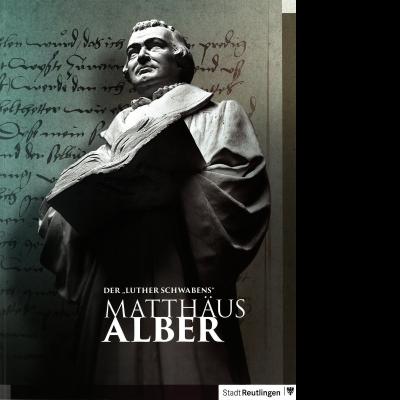 Das Katalogcover zeigt eine Büste von Matthäus Alber mit einem dicken Buch in der Hand. Im Hintergrund ist ein von Hand geschriebenes Schriftstück zu erkennen.