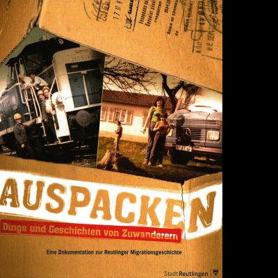 Das Katalogcover zeigt zwei alte Fotos: Auf dem linken Bild stehen fünf Personen neben einer Eisenbahnlok, wovon drei einen gelben Bauarbeiterhelm tragen. Das rechte Bild zeigt eine Frau und ein Kind auf einer Wiese vor einem großen Daimler-Fahrzeug.