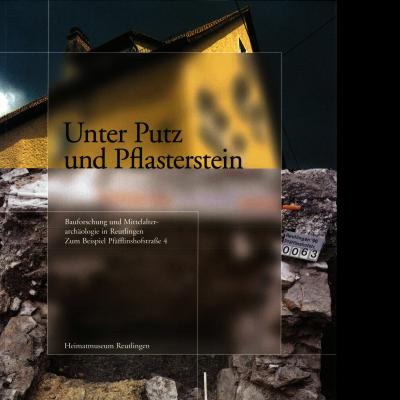 Das Katalogcover zeigt zwei Fotos, die teilweise beabsichtigt verschwommen sind. Das obere zeigt ein gelbes Haus mit Spitzdach, das untere zeigt Steinplatten und -fragmente.