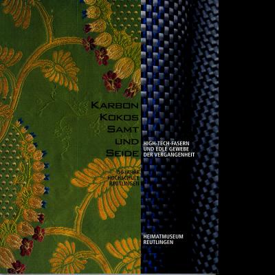 Das Katalogcover zeigt zwei Fotos: Auf der linken Seite ist ein grünes Stück Stoff mit einem gelben Pflanzenmuster zu sehen, auf der rechten Seite ist eine Art Gewebe in Grau, Schwarz und Blau erkennbar.