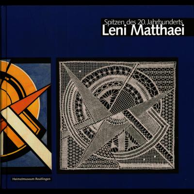 Das dunkelblaue Katalogcover zeigt einen Ausschnitt aus einer Zusammensetzung von gelben und orangefarbenen Formen auf der linken Seite und von einzelnen Stücken eines Spitzenstoffes auf der rechten Seite.