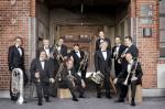 Das Foto zeigt die German Brass Musiker mit Ihren Instrumenten