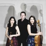 Das Foto zeigt das Trio con Brio Copenhagen mit ihren Instrumenten
