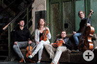 Auf dem Foto sieht man das Eliot Quartett mit Ihren Instrumenten