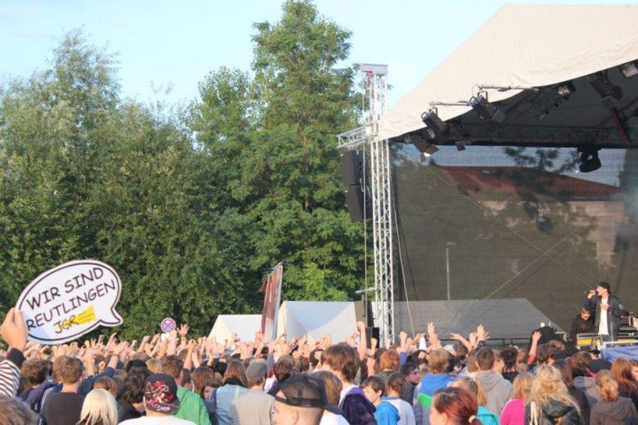 Jugendliche vor einer Bühne des KuRT-Festivals