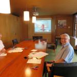 Kulturamtsleiter Ströbele (links) und Bürgermeister Hahn bei der Videokonferenz mit Vertetern derPartnerstadt Aarau.