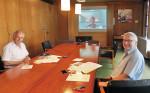 Videokonferenz mit Partnerstadt Aarau_Kulturamtsleiter Dr Ströbele (l.) und Bürgermeister Hahn vor der Videoleinwand
