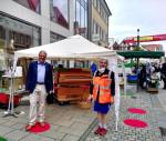 Oberbürgermeister Thomas Keck und Ulrike Langhammer vor dem Reutlinger Street Piano.