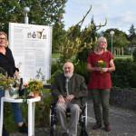 Von links nach rechts sind im Reutlinger Apothekergarten zu sehen: Erste Bürgermeisterin Ulrike Hotz, Dr. Christoph Höltzel sowie dessen Nachfolgerinnen Christel Ehlers und Elisabeth Winkler.