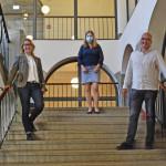Gebäudemanagement-Leiterin Katja Büchel (l.), Schulleiterin Mirja Bräuninger-Rummel und Projektleiter Frank März im sanierten Treppenhaus.