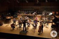 Ein-Gruppenfoto-von-Broken-Frames-Syndicate-auf-der-Bühne-mit-Ihren-Instrumenten