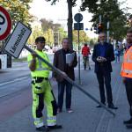 Vier Mitarbeiter der Stadtverwaltung stellen ein Tempo-40-Schild mit der Zusatzaufschrift Lärmschutz an der Karlstraße auf