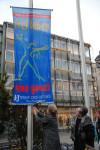Die blaue Fahne von Terres des Femmes wird von Frau Bosch und Frau Göggelmann gehisst
