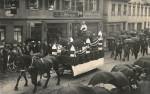 Ausgestopftes Pferd auf einem Umzugswagen