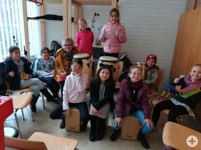 Gruppe von Kindern mit Percussioninstrumenten