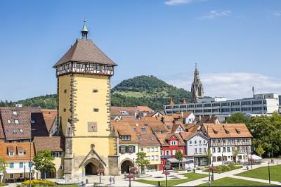 Das Bild zeigt das Tübinger Tor und die Achalm.