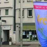 Ob Thomas Keck hisst eine blaue Flagge auf der steht: Nein zu Gewalt an Frauen