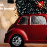 Kostenloses Parken an den Adventssamstagen - Zu sehen ist ein rotes Auto mit einem Weihnachtsbaum auf dem Dach
