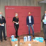 Oberbürgermeister Thomas Keck übergibt die Masken